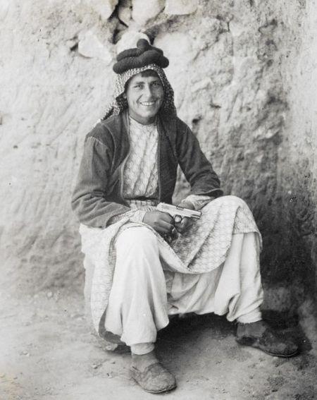 דהום, בן הלוויה של לורנס איש ערב